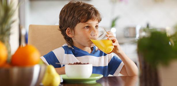 enfant mange legume fruit