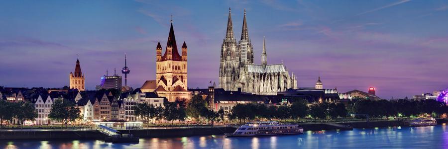 """Pour Der Spiegel, le plus important magazine allemand, """"Cologne est choquée"""". Dans la nuit du 31 décembre au 1er janvier, des agressions sexuelles en masse ont eu lieu à Cologne parmi la foule rassemblée devant la gare centrale et sur le parvis de la cathédrale pour admirer les feux d'artifices. Selon les premiers témoignages, environ un millier d'hommes, qui """"d'après leur apparence physique seraient originaires des pays arabes ou d'Afrique du Nord"""", ont attaqué en groupe des dizaines de femmes. Ils en ont profité pour toucher leurs poitrines et leurs parties génitales ou leur voler leurs smartphones, portefeuilles et autres objets de valeur. Le journal Bild est parvenu à recueillir quelques témoignages. Pour des raisons d'ordre privé, les victimes sont restées anonymes. Avec une amie âgée de 22 ans, Maria était présente à Cologne la nuit du Réveillon. """"C'était le chaos dans le métro"""" """"Nous avons commencé par regarder le feu d'artifice. Ensuite, nous avons pris le métro pour faire la fête ailleurs. Mais c'était déjà le chaos dans le métro. Il était envahi par des étrangers. Ils ont commencé par nous peloter directement. Leurs mains allaient vraiment partout. J'ai senti un doigt dans chaque orifice de mon corps. J'ai crié au secours et ils se moquaient de moi. Soudain, ils ont enlevé ma veste et essayé de me voler mon smartphone. Mais je n'ai rien lâché. Ils ont fini par me dérober mon rouge à lèvres."""" Même son de cloche pour Linda. Son témoignage est également terrifiant. """"À la gare, plusieurs hommes rassemblés en groupes agressaient sexuellement des femmes. Beaucoup d'entre elles tombaient au sol et elles étaient traînées par les jambes. J'ai même vu comment ils sont parvenus à retirer la culotte de l'une d'entre elles. Je n'ai pas vite peur mais j'ai quand même quitté la gare en panique"""", raconte Linda. Le ministre de la Justice allemand, Heik Maas (SPD) parle d'une """"dimension totalement nouvelle de la criminalité organisée"""", comme le rapporte l'hebdomadaire Der S"""