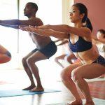 Le fondateur du yoga Bikram s'enfuit des USA après des accusations d'agression sexuelle